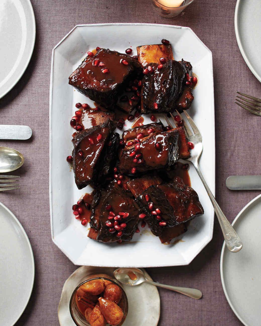 انار روی تکههای گوشت پخته