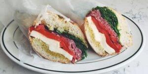 طرز تهیه ساندویچ ژامبون سالامی با پنیر موزارلا ؛ یک غذای تو راهی