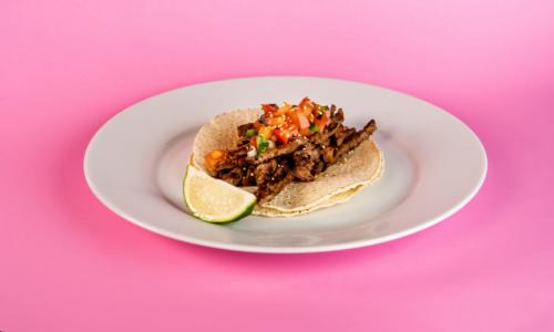 یکی از انواع غذای نونی تاکو گوشت است.