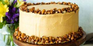 کیک کاراملی بادام زمینی با مربای شیر