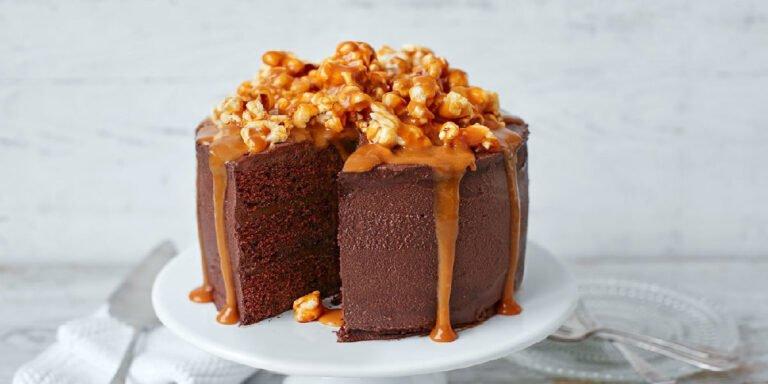 طرز تهیه کیک کاراملی شکلاتی با مربای شیر